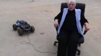 熊孩子用遥控车拉着转椅跑, 10秒后椅子上的老奶奶乐了!