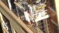 幼童头卡4楼悬空 男子只身攀爬施救