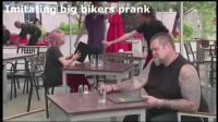 国外恶搞视频: 模仿黑社会大佬动作恶作剧 旁边的男友吓得不轻