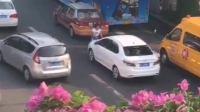 广州一女子车流中持铁棍猛砸数辆车
