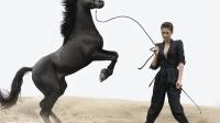 八卦:梁静大片与马共舞 性感妩媚不失帅气