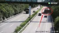 监控拍下惊险一幕, 高速公路是轿车任意超车, 把大货车害惨了