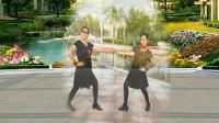 2位大妈在广场上示范水兵舞, 当年流行的双人交谊舞示范