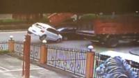 轿车天窗遭货车勾住 腾空掀翻在地
