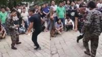 两男子公园尬舞对决