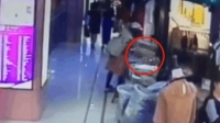 母女杭州偷衣服被抓 派出所里母亲吐血