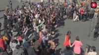海外华人街头合唱《歌唱祖国》, 全程泪目, 为祖国强盛喝彩