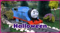 托马斯小火车参加山洞的万圣节 卡通动画南瓜洞的惊喜蛋玩具试玩 小伶玩具 小猪佩奇