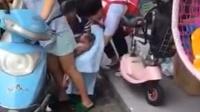 实拍孕妇骑车当街停下 淡定站着生娃