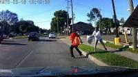 女子将男子推向车道 遭驶来汽车撞伤