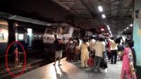 崩溃! 中国人去印度坐火车, 印度人为了上火车真不要命
