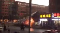 大风刮倒巨型广告牌 数车遭毁