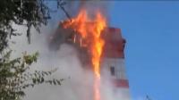 10层酒店被大火吞噬 周围车辆烧成骨架