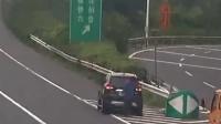 男子高速倒车 两乘客帮忙遮挡号牌