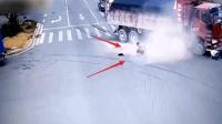 【车祸】电动车男子横穿马路, 两位货车司机都要跑路了!