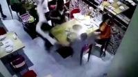 监拍上餐小哥脚底打滑 将一锅热汤洒在小孩头部