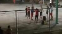 大妈占大学球场跳舞 赶走打球学生