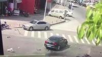 男子骑车与小车对撞 瞬间甩飞数米高