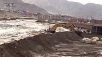 不愧为战斗民族! 俄罗斯山洪暴发 司机这么开着挖掘机抗灾堵洪水