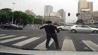 男子街头尬舞 躺汽车发动机盖放飞自我