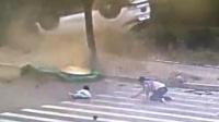 与SUV相撞 面包车上掉下一对母女