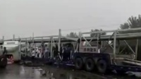 大货车冲过护栏 连撞3辆小车致12死