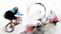 自行车敢死队雪山速降打滑摔车 户外救援直升飞机撞山坠毁