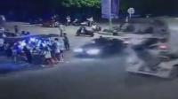 监拍轿车冲进路边摊 撞飞多名学生