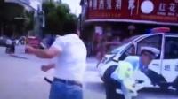 交警直播中 男子被拦停后飞踹辅警