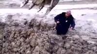 国外一大叔被困泥潭, 请来挖掘机解救, 结果笑喷!