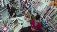 女子便利店突然猛扇收银员耳光, 之后的一幕让她悔得肠子都青了