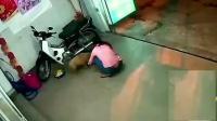 一对男女来到店门口, 发现一条小黄狗, 监控拍下女子缺德一幕