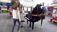 在众人鼓励中, 美女终于坐在街头钢琴前, 一曲世界名曲!