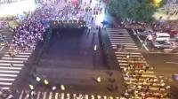 上海步行街现拉链式过马路 因客流量太大