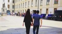 赵薇与老公手牵手散步