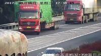 大货车倒车, 吓到了后来的车辆, 哥们能不能不要这么玩命