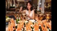 大胃王密子君挑战30斤小龙虾一整条三文鱼 还没吃饱