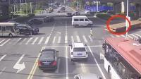 男子骑车横穿马路, 以为大货车会让着他, 结果连命都没了!