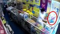 实拍: 劫匪持假枪闯手机店 被华裔老板提刀追赶