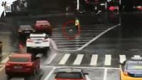交警雨中执勤 司机抛出雨伞