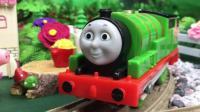 托马斯和他的朋友们到小猪佩奇家聚会