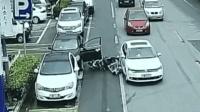 轿车开门太突然 扇飞过路电动车
