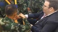 外国男子求助中国消防兵