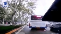 公交车司机驾车野蛮变道 看得后车胆战心惊