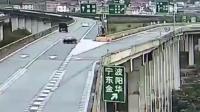 轿车错过高架桥出口, 强行变道以后失控, 监控拍下全过程