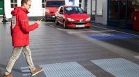 马路也带显示屏? 新型LED路面, 提醒司机有人通行!