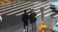 老人车流中穿行 交警搀扶送过马路