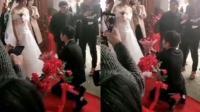新郎双膝跪地 新娘一脸淡定不接受