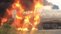 实拍交通事故现场两辆货车着火了, 火势很猛一辆油罐车依然从这里经过, 胆子太大了!