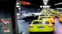 女司机操作不当 驾车骑上出租车